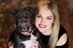 Ung kvinne med hund